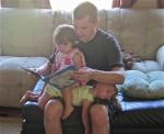 A Marcus Williams le gusta leerles a sus mellizas.